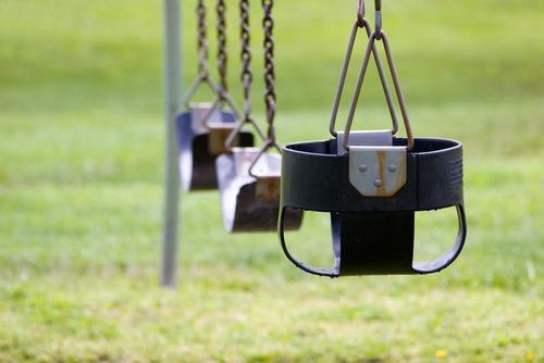 Denatalità - altalene per bambini vuote
