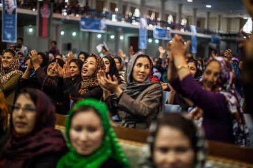 Donne afghane che acclamano Habiba Sarobi, candidata per la vice presidenza alle elezioni di sabato. Fatta da Bryan Denton per il The New York Times